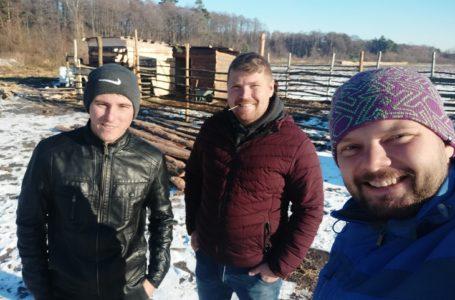 Ягідникам на Львівщині у господарстві допомагають тварини